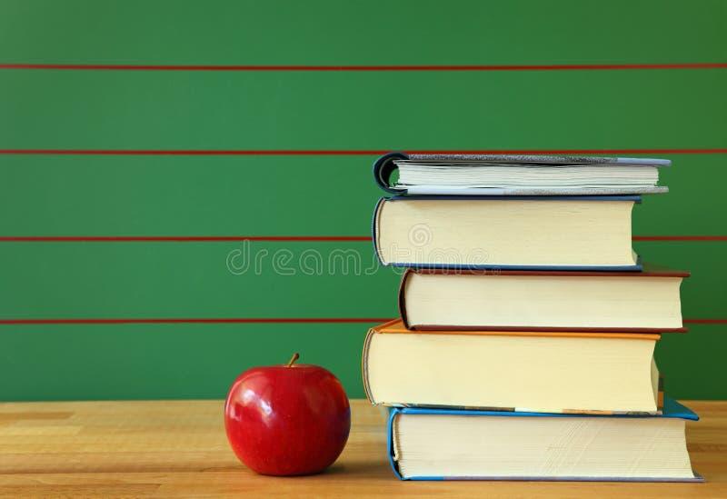 Download Pilha De Livro E De Maçã Vermelha Foto de Stock - Imagem de estudo, escola: 10066782