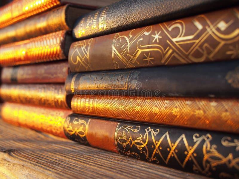 Pilha de livros alemães muito velhos imagens de stock
