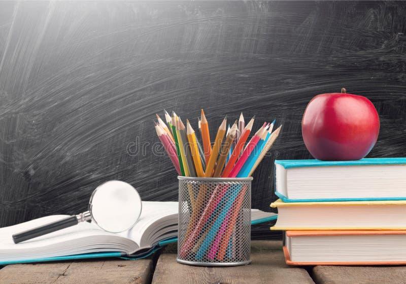 Pilha de livros coloridos e de maçã fresca imagens de stock
