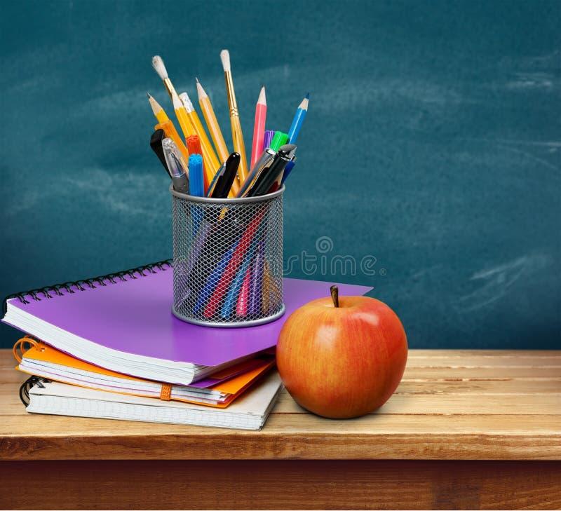 Pilha de livros coloridos e de maçã fresca fotografia de stock