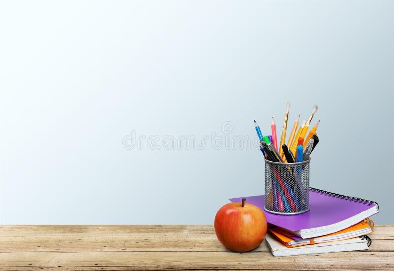 Pilha de livros coloridos e de maçã fresca fotos de stock