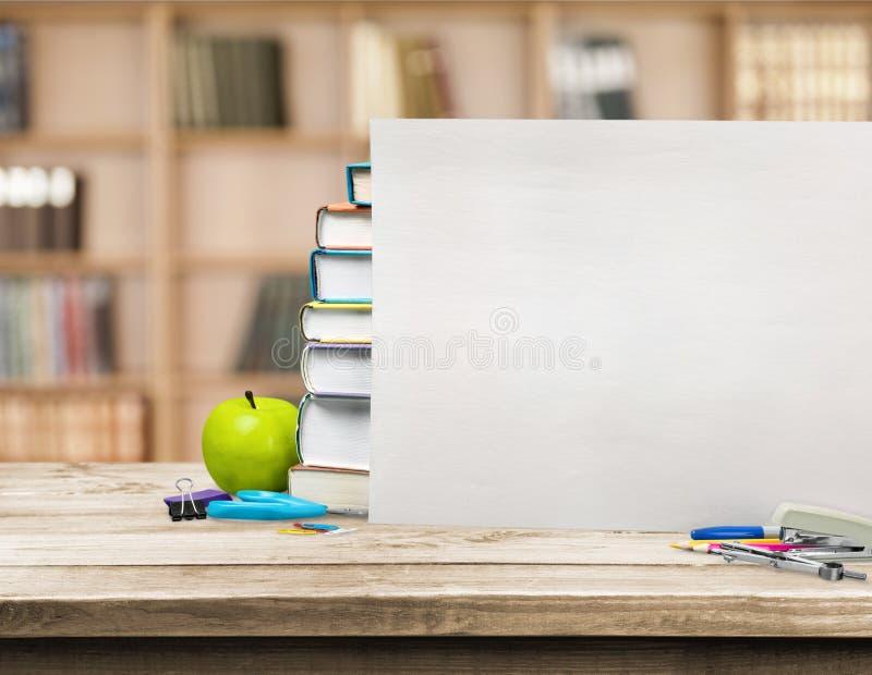Pilha de livros coloridos e de maçã fresca imagem de stock royalty free