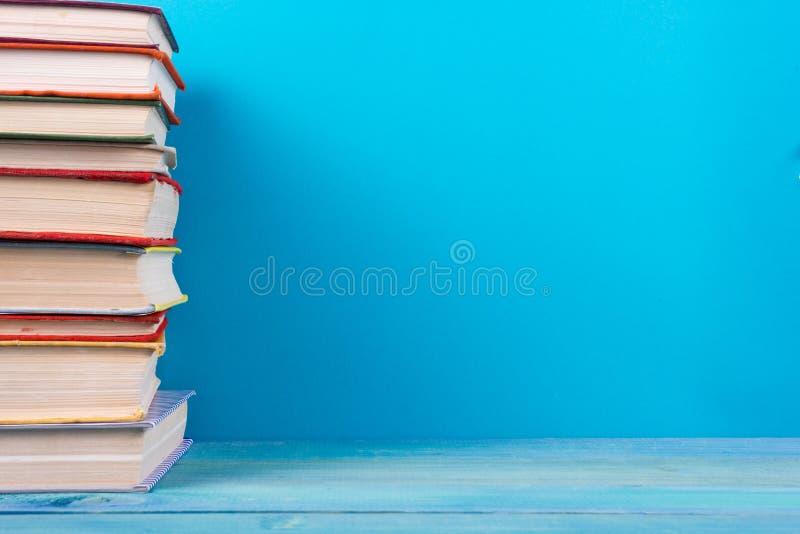 Pilha de livros coloridos, fundo azul sujo, espaço da cópia gratuita foto de stock royalty free
