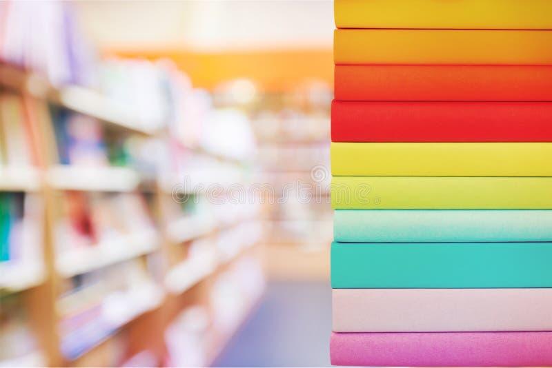 Pilha de livros coloridos no fundo borrado fotografia de stock royalty free