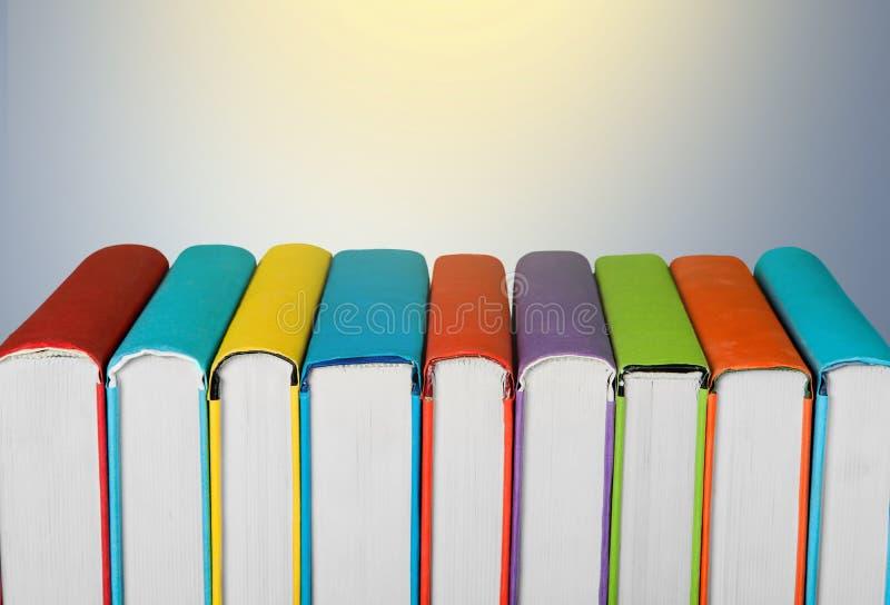Pilha de livros coloridos no fundo claro fotos de stock royalty free