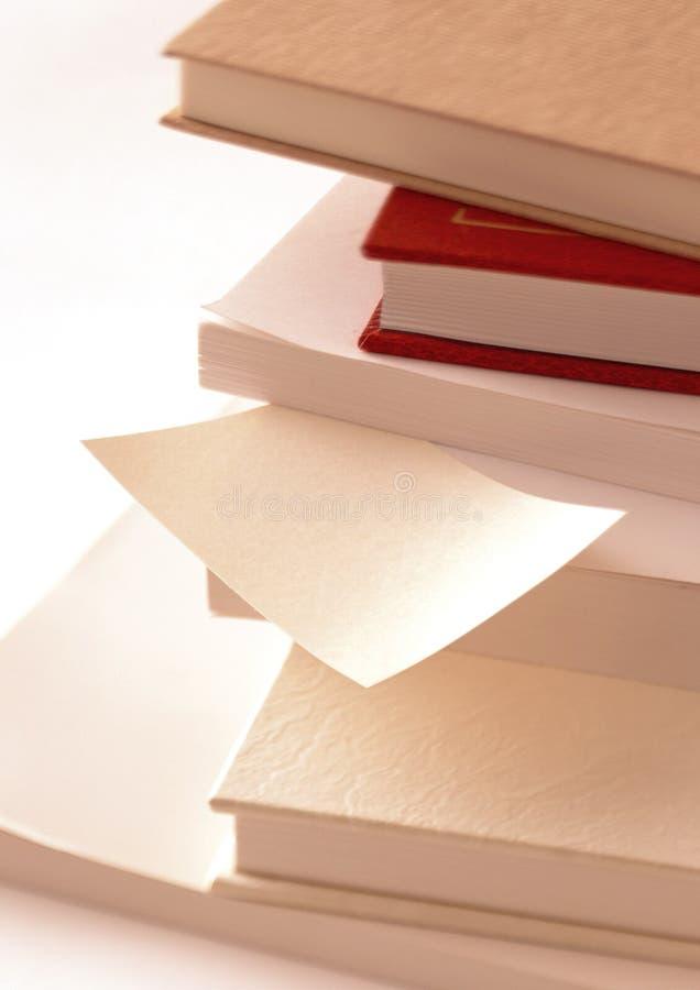 pilha de livros com um memorando imagens de stock royalty free