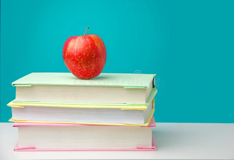 Pilha de livros com uma ma?? vermelha foto de stock