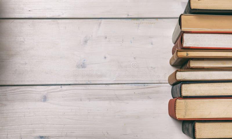 Pilha de livros do vintage no fundo de madeira - copie o espaço fotos de stock royalty free