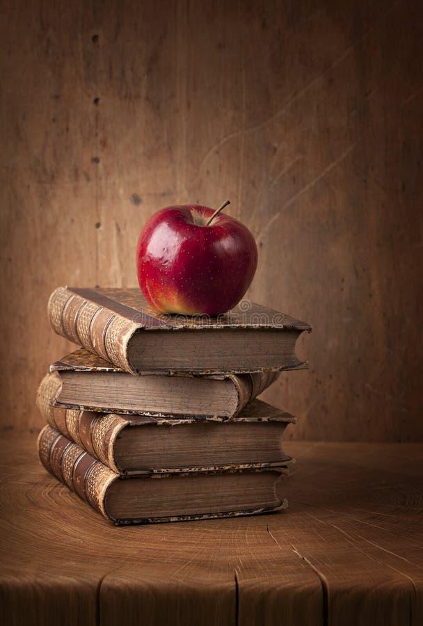 Pilha de livros e de maçã vermelha fotos de stock royalty free