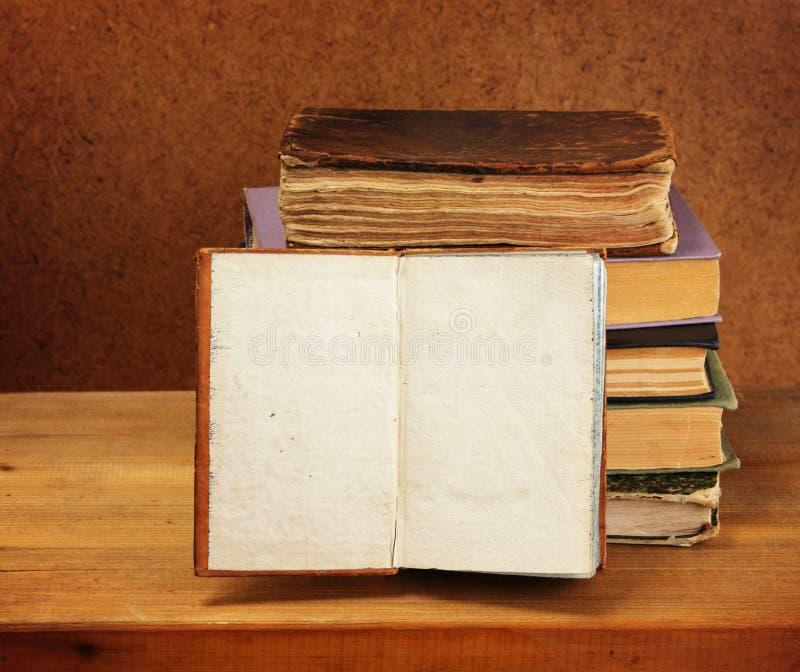 Pilha de livros e livro aberto fotos de stock