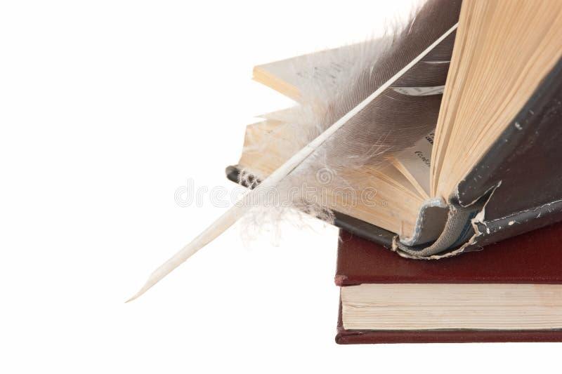 Pilha de livros e de pena fotografia de stock