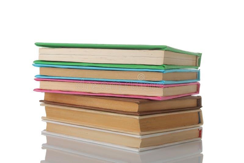 Pilha de livros em um fundo isolado branco Livros velhos Educação escola estudo imagens de stock royalty free