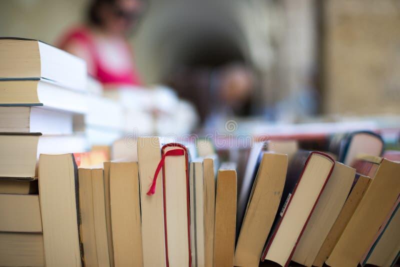 Pilha de livros em uma feira da ladra do livro da caridade, espaço do texto imagens de stock