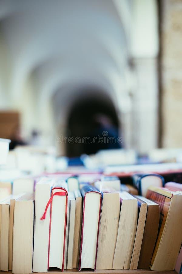 Pilha de livros em uma feira da ladra do livro da caridade, espaço do texto imagem de stock