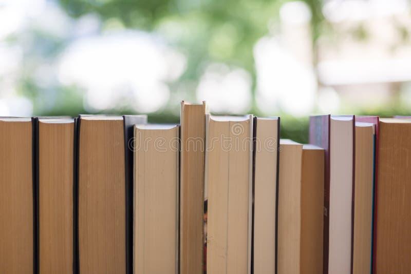 Pilha de livros em uma feira da ladra do livro da caridade, espaço do texto fotografia de stock royalty free