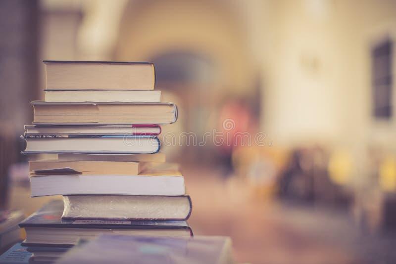 Pilha de livros em uma feira da ladra do livro da caridade, espaço do texto fotos de stock royalty free