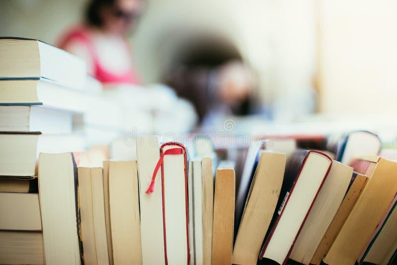 Pilha de livros em uma feira da ladra do livro da caridade, espaço do texto fotografia de stock