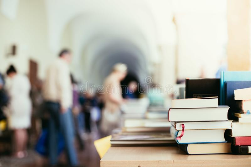 Pilha de livros em uma feira da ladra do livro da caridade, espaço do texto imagens de stock royalty free