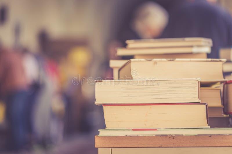 Pilha de livros em uma feira da ladra do livro da caridade, espa?o do texto imagens de stock royalty free