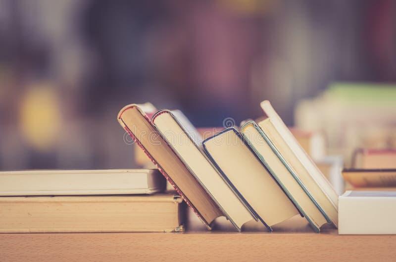 Pilha de livros em uma feira da ladra do livro da caridade, espa?o do texto fotos de stock