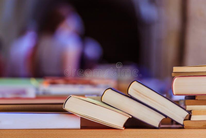 Pilha de livros em uma feira da ladra do livro da caridade, espa?o do texto imagem de stock