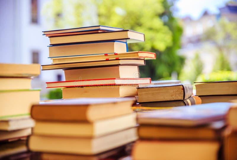 Pilha de livros em uma feira da ladra do livro da caridade, espa?o do texto fotos de stock royalty free