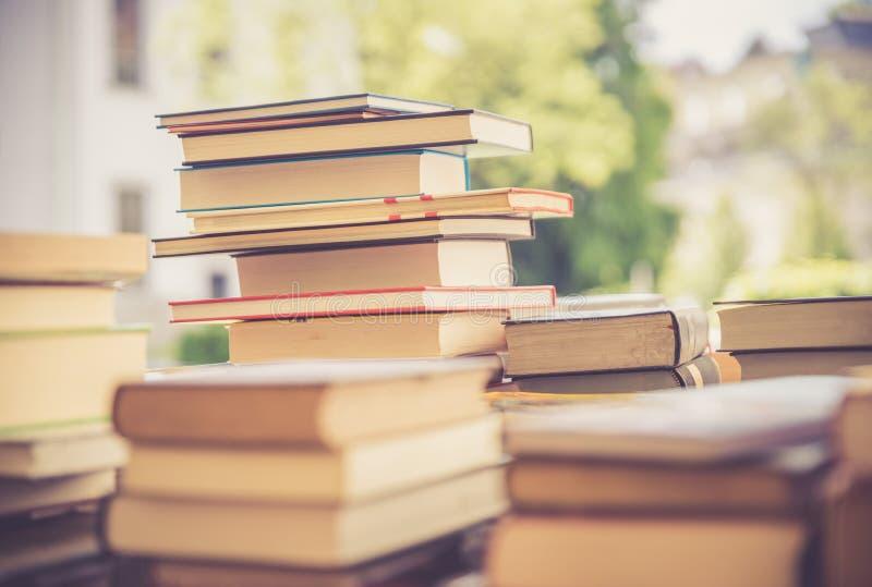 Pilha de livros em uma feira da ladra do livro da caridade, espa?o do texto foto de stock