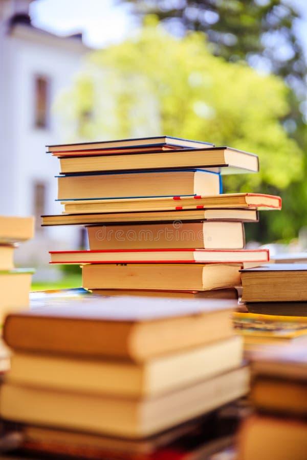 Pilha de livros em uma feira da ladra do livro da caridade, espa?o do texto foto de stock royalty free