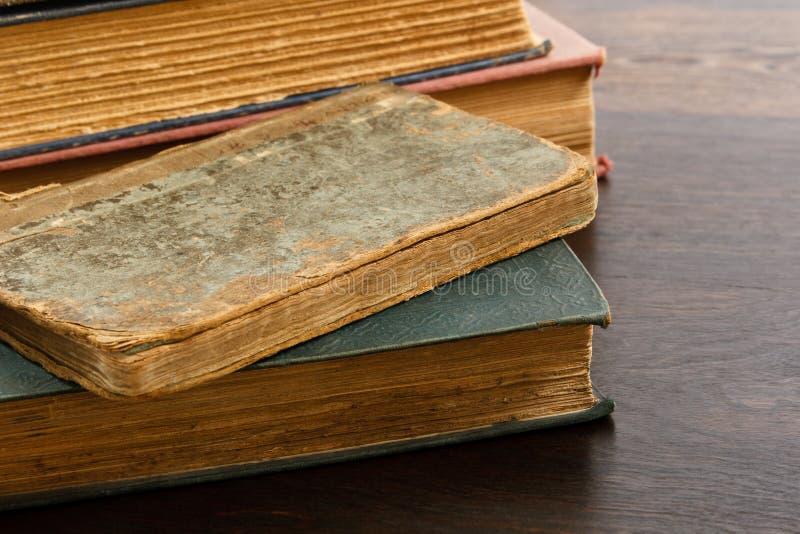 Pilha de livros esfarrapados antiguidade imagem de stock