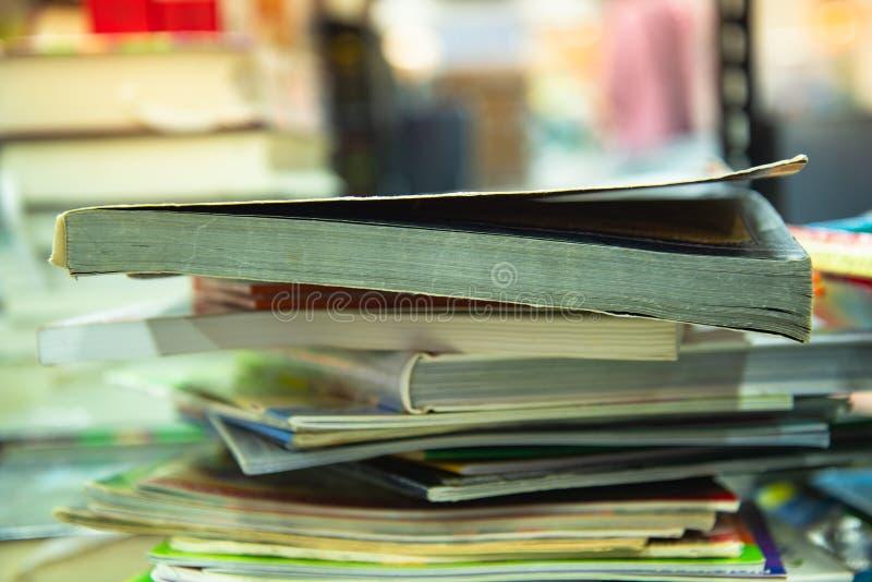 Pilha de livros no fundo morno do tom fotografia de stock royalty free
