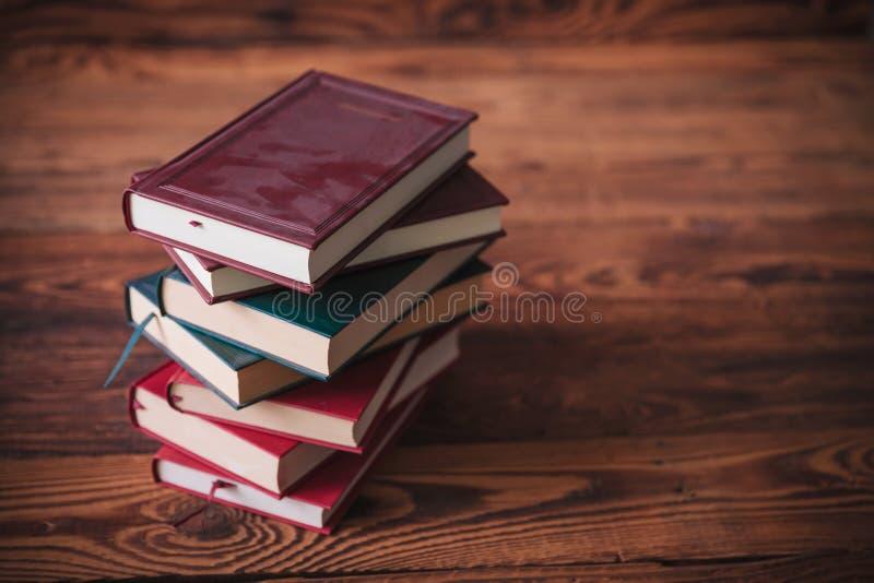 Pilha de livros velhos empoeirados em um fundo de madeira fotografia de stock