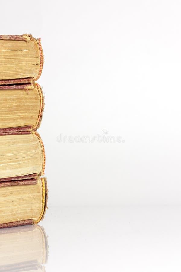 Pilha de livros velhos isolados no fundo branco fotos de stock royalty free