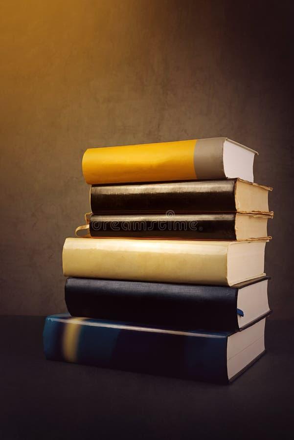 Pilha de livros velhos usados foto de stock royalty free