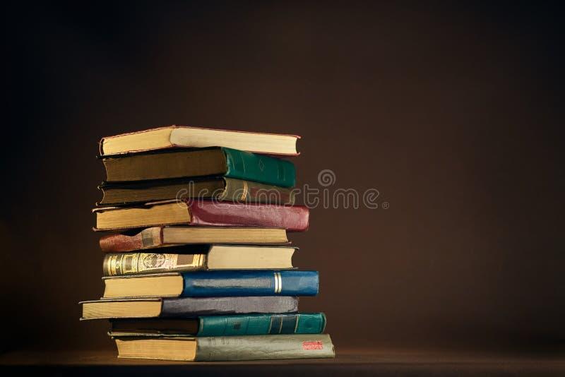 Pilha de livros velhos usados imagem de stock