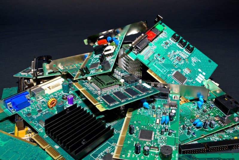 Pilha de lixo das peças rejeitadas do computador fotografia de stock