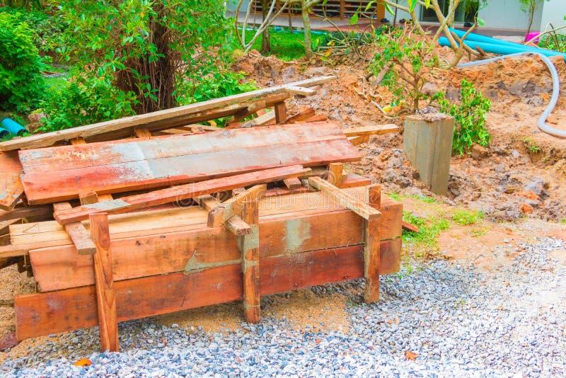 Pilha de madeira da caixa da coluna no assoalho no local de funcionamento da construção foto de stock