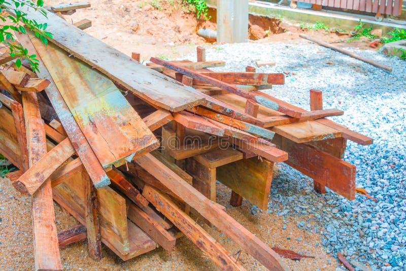 Pilha de madeira da caixa da coluna no assoalho no local de funcionamento da construção fotografia de stock