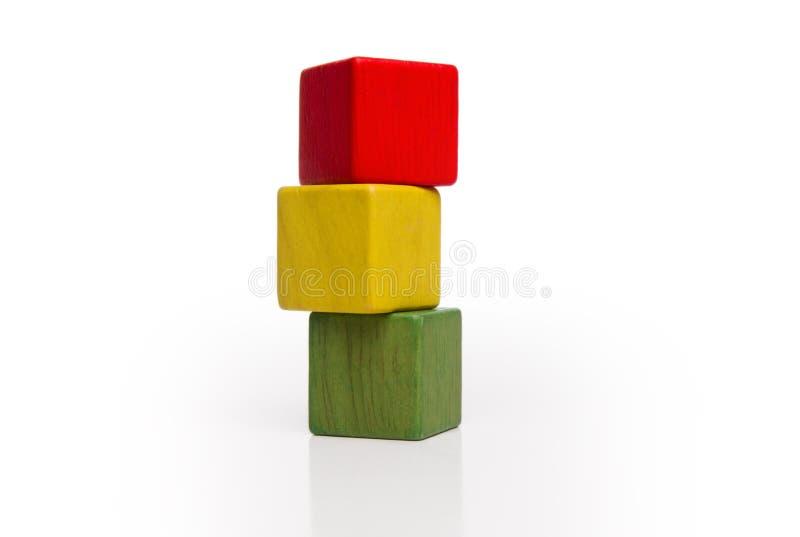Pilha de madeira dos blocos do brinquedo, cubos multicoloridos da caixa fotografia de stock