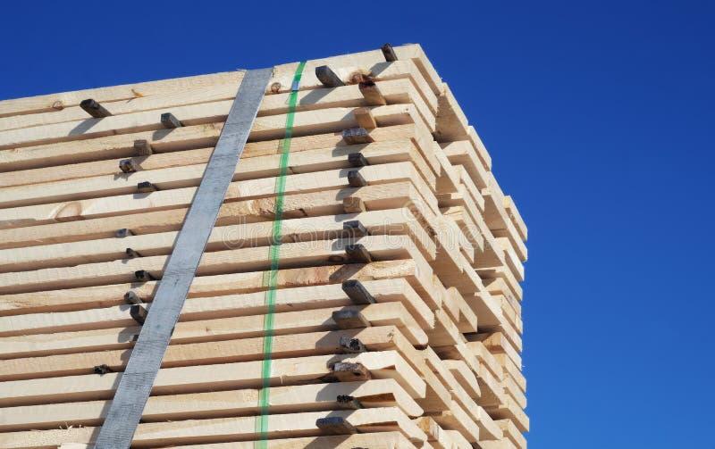 Pilha de madeira muitas pranchas de madeira da madeira serrada das pranchas fotografia de stock