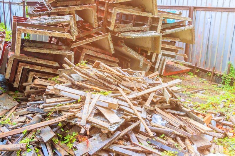 A pilha de madeira na casa do canteiro de obras renova imagem de stock