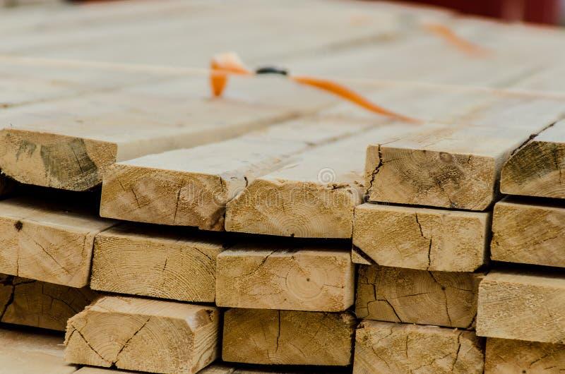 Pilha de madeira para a construção na serração fotografia de stock