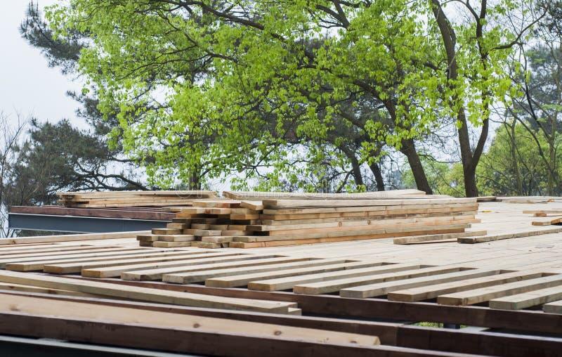 Pilha de madeira serrada da construção fotografia de stock royalty free