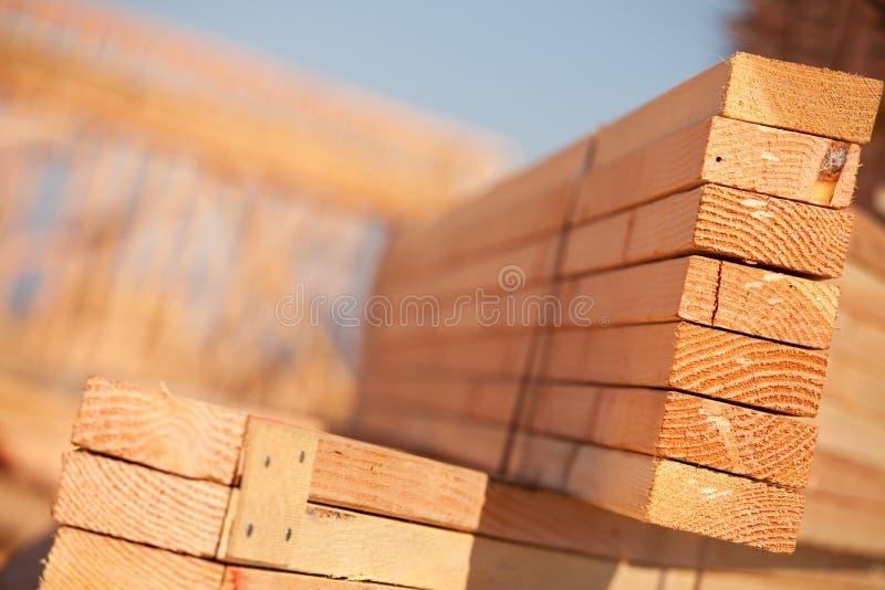 Pilha de madeira serrada do edifício imagens de stock