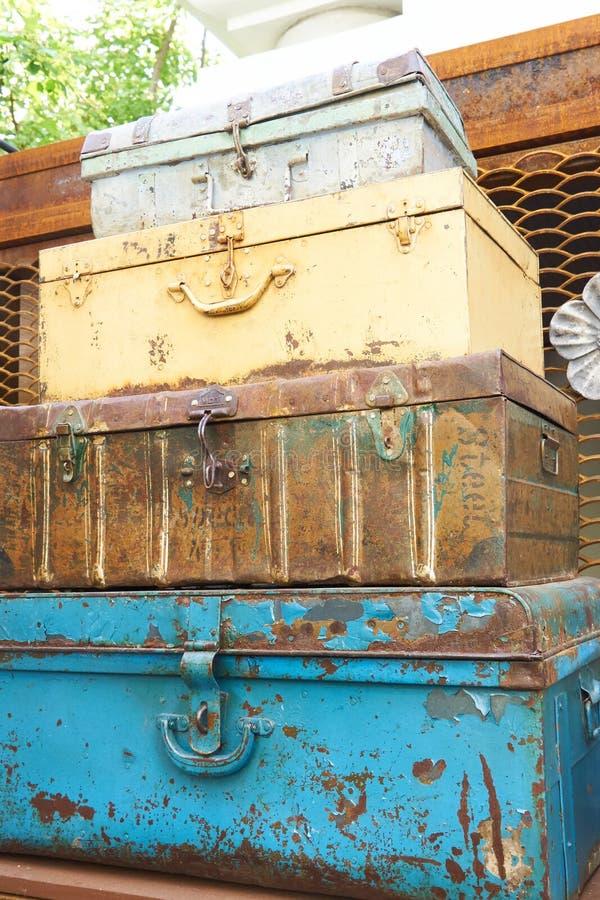 Pilha de malas de viagem oxidadas do metal - decoração do vintage para o interior ou o jardim imagens de stock royalty free