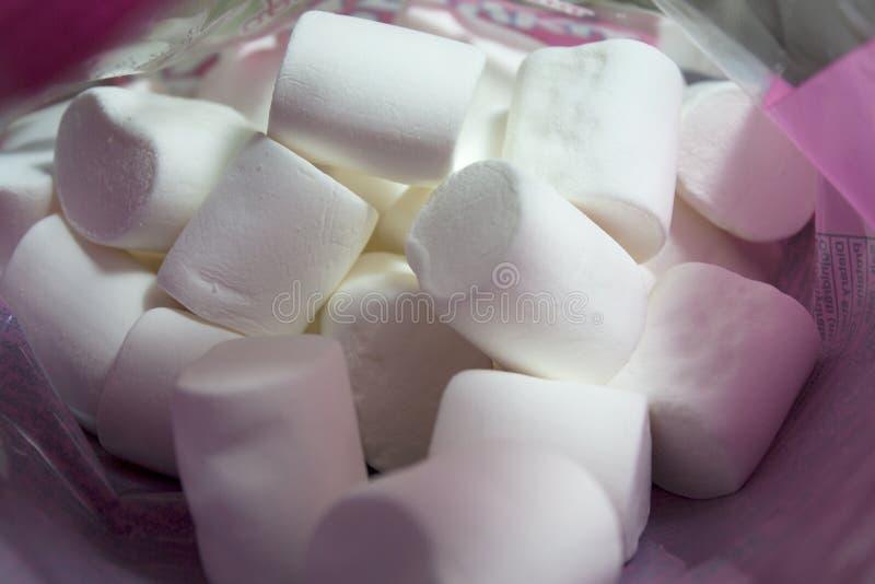 Pilha de marshmallows brancos macios foto de stock