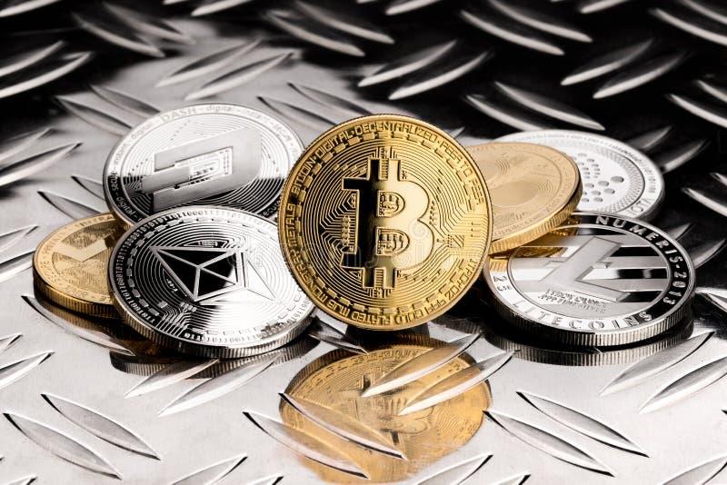 Pilha de moedas criptos de prata douradas da moeda fotos de stock royalty free