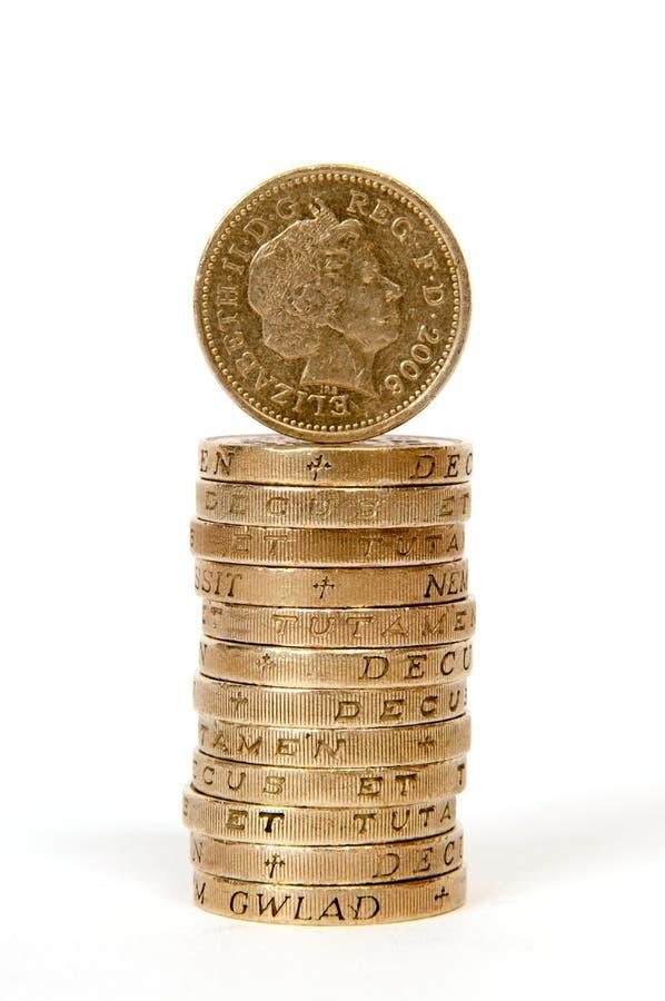 Pilha de moedas de uma libra imagem de stock