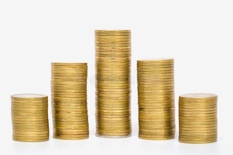 Pilha de moedas douradas isoladas no fundo branco fotos de stock