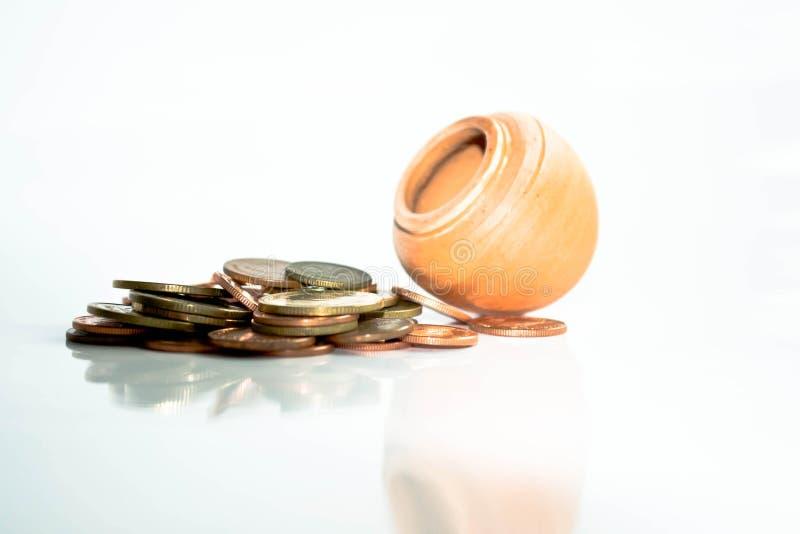 Pilha de moedas na terra do preto do whit imagem de stock