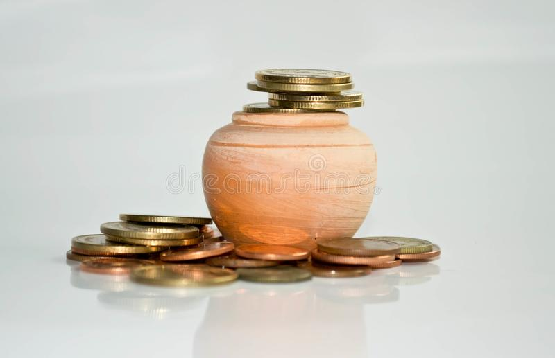 Pilha de moedas na terra preta branca imagens de stock royalty free